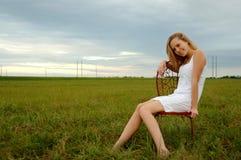 Glückliche junge Frau im Land Stockbild