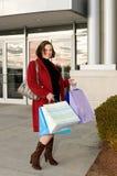 Glückliche junge Frau mit Einkaufenbeuteln Stockfotos