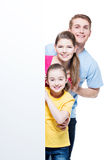 Glückliche junge lächelnde Familie mit Fahne Lizenzfreies Stockbild