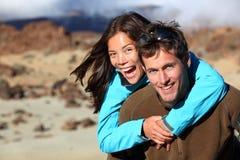 Glückliche junge Paare, die draußen lächeln Stockbild