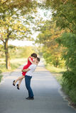 Glückliche junge Paare, die im Park küssen Stockfoto
