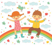 Glückliche Kinder, die auf Regenbogen sitzen Stockbild