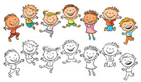 Glückliche Kinder, die mit Freude lachen und springen Stockfotos