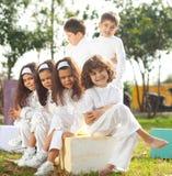 Glückliche Kinder im Weiß Lizenzfreies Stockbild