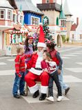 Glückliche Kinder und Santa Claus Stockbild