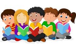 Glückliche Kinderkarikatur, die auf dem Boden während Lesebücher liegt Stockfotografie