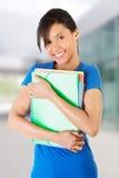 Glückliche Kursteilnehmerfrau mit Notizbüchern Stockbild