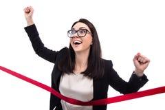 Glückliche laufende Geschäftsfrau-Überfahrtziellinie lokalisiert auf wh Stockfotografie