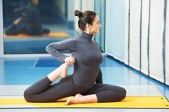 Glückliche lächelnde Frau an der gymnastischen Eignungübung Stockbilder