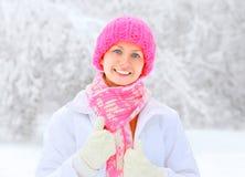 Glückliche lächelnde Frau des Porträts, die Winter genießt Stockbild