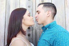 Glückliche lächelnde Paare in der Liebe Lizenzfreies Stockbild