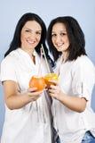 Glückliche Lächelnfrauen mit frischen Zitrusfrüchten Stockfoto