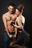 Glückliche liebevolle Paare. Dunkler Hintergrund. Stockfotos