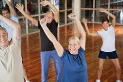 Glückliche Ältere, die zur Musik tanzen Stockfoto