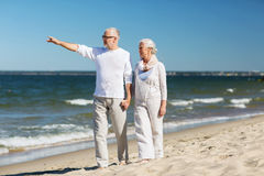 Glückliche ältere Paare, die auf Sommerstrand gehen Lizenzfreies Stockbild