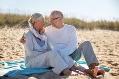 Glückliche ältere Paare, die auf Sommerstrand umarmen Stockfotografie