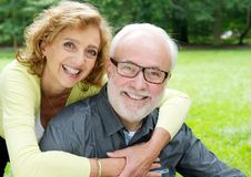 Glückliche ältere Paare, die Neigung lächeln und zeigen Stockfoto