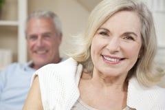 Glückliche älterer Mann-u. Frauen-Paare, die zu Hause lächeln Lizenzfreie Stockfotos