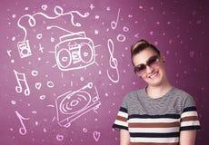 Glückliche lustige Frau mit Schatten und Hand gezeichneten Medienikonen Stockbild