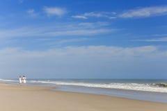 Glückliche Mann-Frauen-Kinderfamilie auf leerem Strand Stockfoto