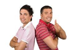 Glückliche Mannfreunde mit Fluglage und dem Daumen oben Stockbild