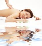 Glückliche Massage auf weißem Sand Stockfotografie