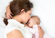 Glückliche Mutter, die ihr neugeborenes Schätzchen stillt Lizenzfreies Stockbild