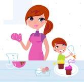 Glückliche Mutter mit ihrem Sohn, der in der Küche kocht Stockbilder
