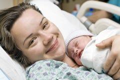 Glückliche Mutter mit neugeborenem Schätzchen Stockbilder