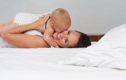 Glückliche Mutter und Baby, die Liebe zeigt Lizenzfreies Stockfoto