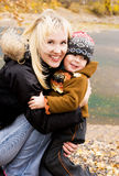 Glückliche Mutter und ihr Sohn im Freien Stockbild