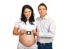 Glückliche Muttergesellschaft, die Schätzchen Sonogram anhalten Stockbild