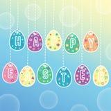 Glückliche Ostereikarte Vector Illustration mit dem Hängen von Ostereiern auf dem Hintergrund des sonnigen Himmels Lizenzfreie Stockfotografie