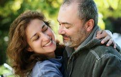 Glückliche Paare draußen Lizenzfreies Stockfoto