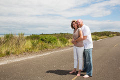 Glückliche Paare draußen Stockbild