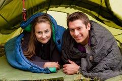 Glückliche Paare im Zelt Stockbilder