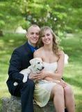 Glückliche Paare mit ihrem Hund Lizenzfreies Stockbild