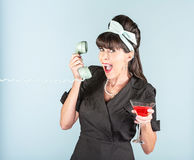 Glückliche Retro- Frau im schwarzen Kleid mit Welt- und Telefon Rec Stockfotografie