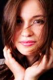 Glückliche sinnliche Frau mit den netten Lippen und dem Haar Lizenzfreies Stockfoto