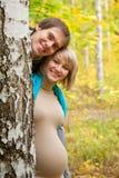 Glückliche sonnige Schwangerschaft. Stockfotografie