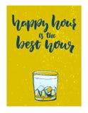Glückliche Stunde ist die beste Stunde Spaßvektorplakat für Bar mit Glas des Alkoholgetränks mit grünem Grungehintergrund Stockbilder