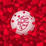 Glückliche Valentinstaggrußkarte, Bürstenstiftbeschriftung und rote Papierherzen Stockbilder