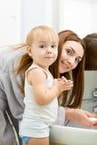 Glückliche waschende Hände der Mutter und des Kindes mit Seife Lizenzfreie Stockfotos