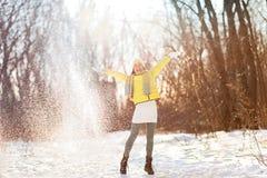 Glückliche Winterschnee-Spaßfrau, die frei spielt Stockfotos