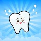 Glückliche zahnmedizinische Lächeln-Zahn-Maskottchen-Zeichentrickfilm-Figur auf dem sunburt blau Stockbild