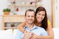 Glückliche zufrieden gestellte junge Paare Stockbild