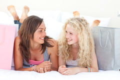 Glückliche zwei jugendlich Mädchen nach Einkaufenkleidung Stockbild