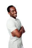 Glücklicher afrikanischer Mann mit den Armen gefaltet Lizenzfreies Stockbild