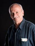 Glücklicher alter Mann mit Dollarscheinen in der Tasche Lizenzfreie Stockfotos