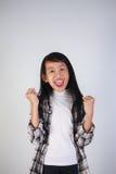 Glücklicher asiatischer Mädchen-Ruf mit Freude am Sieg Stockfotos